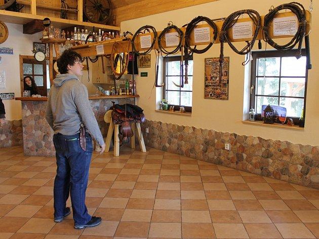 Mistr v ovládání biče Ladislav Gin Šín otevřel ve westernovém areálu v Janovicích u Rýmařova muzeum bičů.