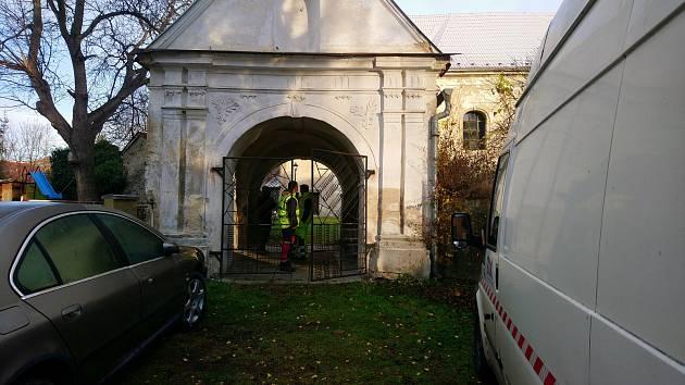 Kostel v Hynčicích má novou bránu na hřbitov a zrestaurovanou plastiku padlého vojáka. Další opravy podpoří Benefiční koncert. Foto: MěÚ Město Albrechtice