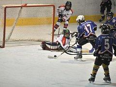 Mladým hokejistům spojeného týmu Krnova a Horního Benešova se zatím v soutěži pod vedením Michala Piskoře daří.