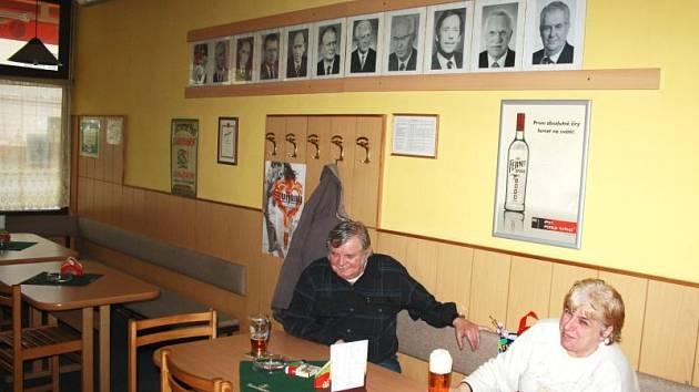 Pivní bar Prezident už má v galerii jedenáct portrétů. Zatímco pověšení obrazu Václava Klause před lety bylo slavnostním okamžikem, věšení portrétu Miloše Zemana proběhlo v tichosti a bez pozornosti hostů.