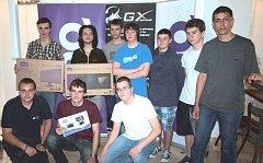 Z 6190 účastníků IT soutěže se do nejlepší desítky probojovali dva mladí muži z Krnova Jan Pecník (stojící vpravo) a Tomáš Chovančík (klečící vpravo).