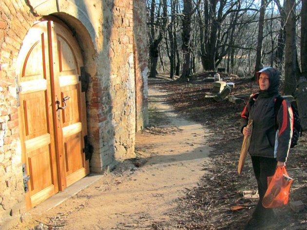 Opuštěný kostel ze 13. století je poslední vzpomínkou na zaniklou obec Pelhřimovy. Po odsunu německých obyvatel následovala demolice celé vesnice. O záchranu kostela usiluje ekologické Hnutí Duha Jeseníky, které zde v prosinci usadilo nové bytelné dveře.