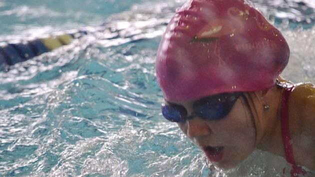 Kristýna Václavíková, mladá plavkyně Slavoje Bruntál, vylovilaz kopřivnického bazénu tři zlaté medaile a také tři tituly přeborníka Moravskoslezského kraje. Dařilo se i Michaelu Dendisovi a Miroslavu Trpkovi.