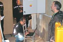 Půda obecního úřadu v Úvalně od úterka ukrývá tuto centrálu, která řídí systém moderních mluvících sirén. Díky tomuto zařízení mohou současně starostové nebo hasiči varovat občany před nebezpečím. Současně také plní funkci obecního rozhlasu.