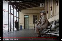 Marie čeká na nádraží na svobodníka Otu, svou korespondenční lásku. Koketka Monika se vojáka nechce vzdát.  Poznáte nádraží, kde se tato slavná filmová scéna z Housat natáčela?