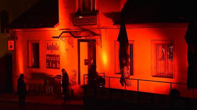 Krnovský klub Kofola se zapojil do iniciativy WeMakeEvents. Ve středu 30. září jeho fasáda byla nasvícená červenou.