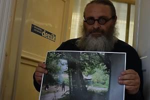 Redaktor Deníku František Kuba se svou fotografií polských vojáků se samopaly na českém území, která proslavila pelhřimovskou kapličku po celém světě. Foto: Deník