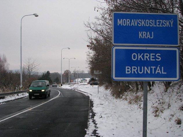 Dopravní značky, které řidiče upozorňují na začátek a konec Krnova, byly na Petrovické ulici přemístěny asi o dvě stě metrů dál od města. Tímto krokem se město rozrostlo o bývalý hraniční přechod s celnicí.