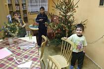 Vánoční stromeček v Dětském domově v Lichnově si již nedočkavé děti nazdobily.