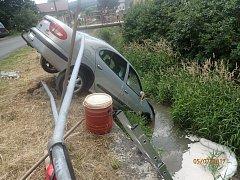 Auto skončilo v potoce v Třemešné. Vyprostit ho museli hasiči