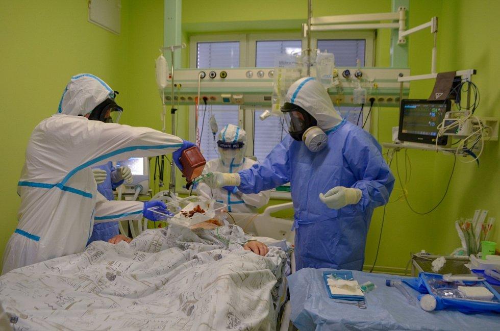 Zdravotníci SZZ Krnov se aktuálně starají o desítky pacientů se středně těžkým a těžkým průběhem onemocněníCovid-19.