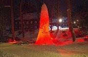 Každoroční zimní atrakcí lázeňské obce Karlova Studánka v Jeseníkách je několik metrů vysoká ledová homole uprostřed jezírka u obecního úřadu. Zamrzlý vodotrysk je za tmy efektně nasvícen.