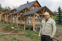Ladislav Gin Šín ve vznikajícím janovickém areálu, kde budou moct turisté levně přespat při toulkách Jeseníky a bruntálským okresem.