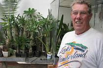 Kaktusy, sukulenty, živé kameny, ale i masožravé rostliny nebo konofita, to je jedinečný svět Horsta Havelky z Nových Heřminov. Zahradu a také skleníky má plné nádherných a exotických rostlin. Už dávno přestal svou sbírku počítat.