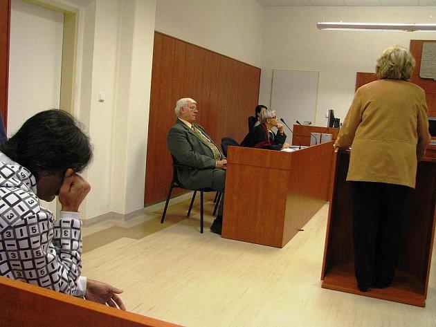 Posudky na poškozenou dívku vypracovávali znalci Jan a Ida Sikorovi z Prahy, před soudem jejich závěry vyslechl obžalovaný R. R. (zprava).