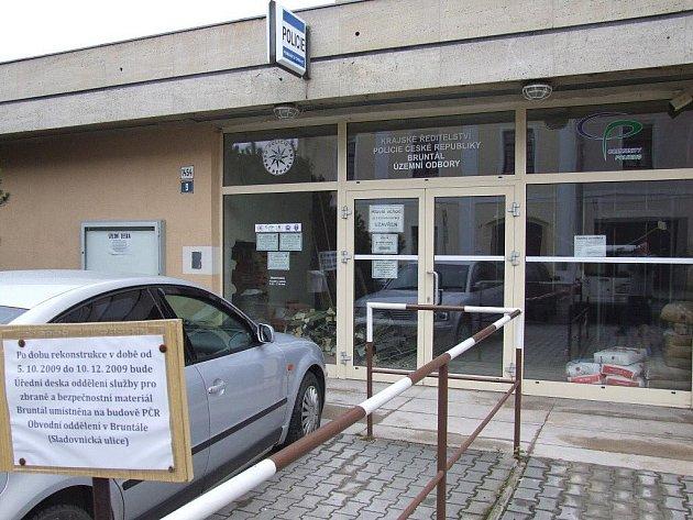Zatím se na bruntálskou policejní služebnu na Partyzánské ulici hlavním vchodem nikdo nedostane.