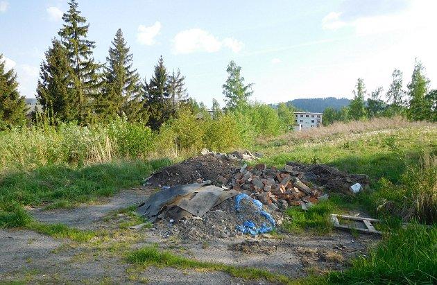 """NELEGÁLNÍ skládku odpadu řešili v minulých dnech bruntálští strážníci. Na skládku upozornil pozorný občan. """"Jednalo se zejména o stavební suť vysypanou nelegálně mimo zastavěnou část města. Apelujeme na na veřejnost, aby k likvidaci odpadu, který není mož"""
