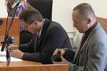 Obviněný učitel Jan Rychlý (vpravo) u havířovského soudu.