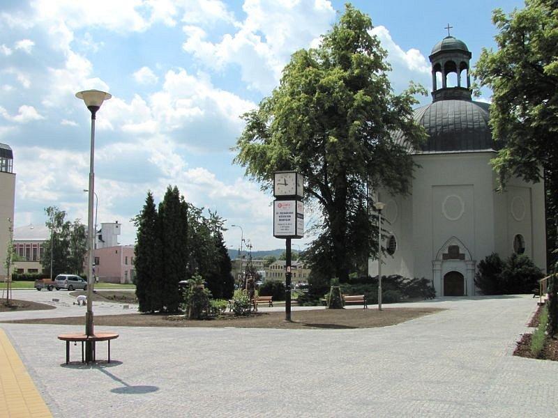U kina Centrum a kaple sv. Michaela Archanděla v Bruntále vzniklo nové náměstí. Kaple mu dala i jméno, jmenuje se náměstí sv. Michaela.