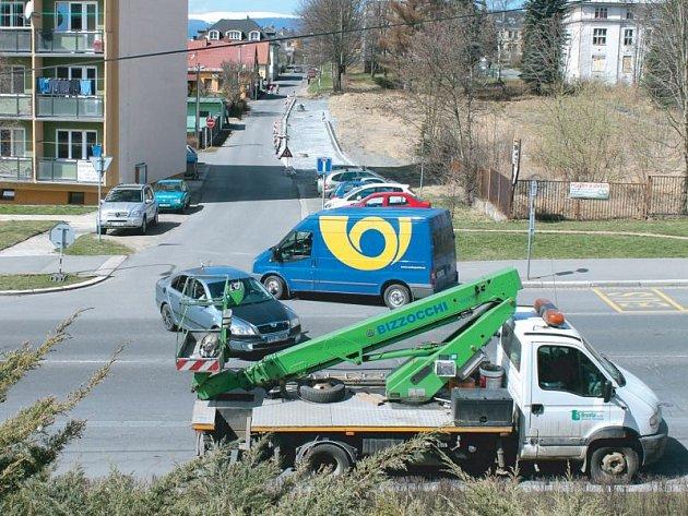 Bezejmenná ulice v Bruntále v těsné blízkosti nemocničního areálu je místem, kde právě vznikají plochy pro automobilová stání.