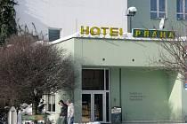 Z hotelu Praha v centru Krnova se podle autorů petice stává útočiště bezdomovců, kteří se prý vydávají na loupeživé výpravy po okolí.