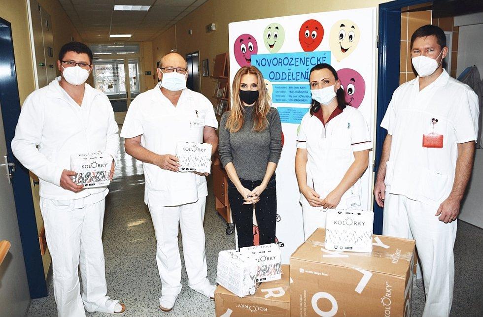 Moderátorka hlavních zpráv na Nově Michaela Ochotská přivezla na novorozenecké oddělení nemocnice v Krnově tři krabice plen.