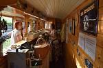 Pojízdný Pivní vagon se v pátek poprvé změnil v Bistro na kolejích, které nikam nejede. Nádražní bistro je vlastně výletní vlak odstavený na nádraží v Třemešné, ve kterém se čepuje a vaří.