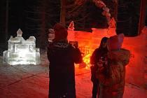 Skiareál Kopřivná v pátek večer zažil poslední jízdu nejmodernější vyhřívané lanovky. Od soboty všechny lanovky definitivně zastavilo vládní nařízení.