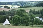 Pavel Skalný v Razové na břehu Slezské Harty s pomocí rodiny vybudoval glamp U Rozmařilého Námořníka.