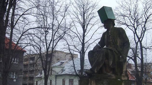 Odpadkový koš nasadili neznámí vtipálci na hlavu sochy hudebního génia Bedřicha Smetany.