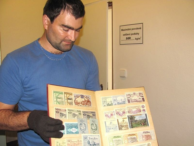 V obdobích finanční krize nouzové peníze částečně nahrazovaly zákonné oběživo, a plnily tak úlohu pomocných peněz. I tyto kousky budou k vidění od úterka 12. srpna v Městském muzeu Krnov.