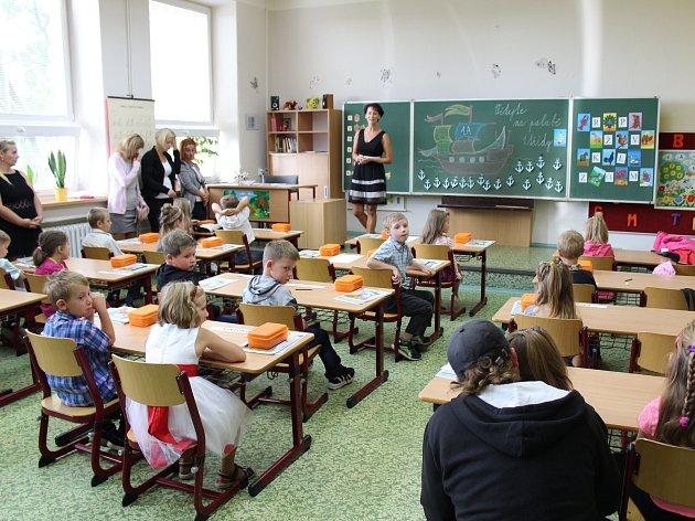 Prvňáčci v základní škole v Městě Albrechticích.