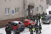 Shromáždění záchranáři na Masarykově ulici v Horním Benšově vyráží hledat nezvěstnou starší ženu.