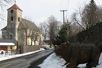 Kostel v Jiříkově desetiletí chátral. Místní řezbář Jiří Halouzka pro něj našel nové využití a začlení jej do své Pradědovy galerie U Halouzků.