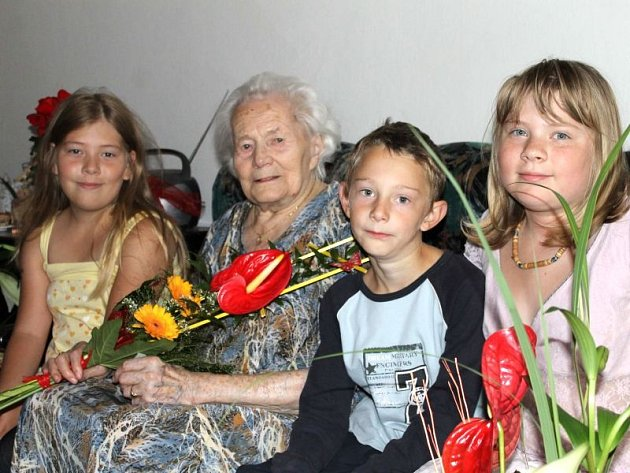 Božena Chytilová mezi svými milovanými pravnoučky při oslavě stých narozenin. Zleva okolo oslavenkyně sedí Saša, Matesem a Terezou.