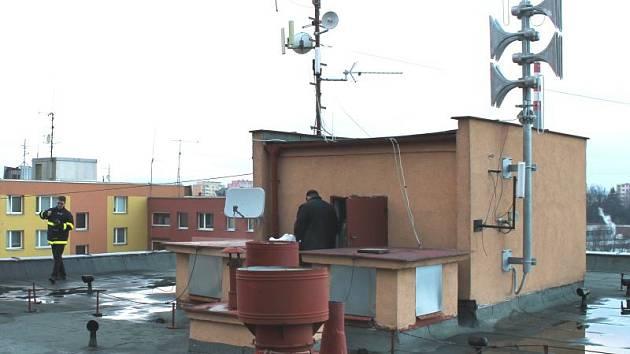 U Rybníka 8 v Bruntále. To je jedna z adres, kde instalovali hasiči moderní elektronickou mluvící sirénu. Siréna je na snímku vpravo nahoře.