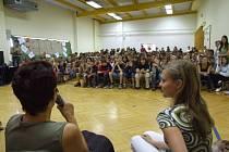 Hra na televizní studio se žákům albrechtické základní školy velmi líbila, k natáčení se sešla plná tělocvična.