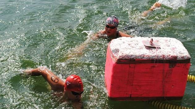 Bruntálský plavec Roman Procházka se právě točí kolem bójky na závodech v Těrlicku.
