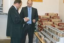 Ministr životního prostředí Tomáš Podivínský (vlevo) si prohlíží ukázky netradičních druhů biomasy za doprovodu obchodního ředitele firmy Benekov Leopolda Bendy.