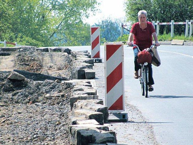 Cyklista, který se potřebuje dostat z Krnova do Kostelce musí doufat, že se v ostrých zatáčkách nebo při prudkém klesání nesetká s kamionem.
