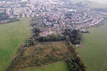Letecký snímek zachycuje místo pro nový hřbitov pod Uhlířským vrchem.