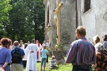 V loňském roce dorazily desítky věřících ke kostelu svaté Anny na Anenském vrchu u Andělské Hory, aby zde byly svědky svěcení nového kříže.