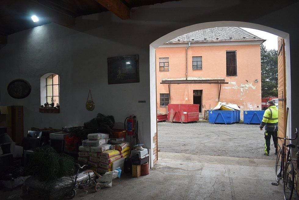 Historická stodola v centru Úvalna prošla rekonstrukcí a dnes funguje jako sběrný dvůr. Obec získala dotaci, aby také sousedním zchátralým objektům mohla vrátit  původní krásu.