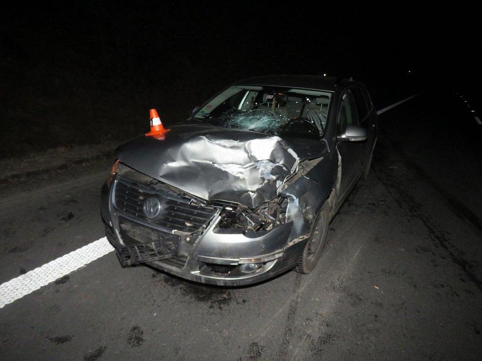 Auto se střetlo s jelenem.