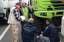 Czech Dakar Team testuje až do poloviny listopadu formu a zkouší soutěžní Tatru v tuniské poušti, kamion převezli přes Středozemní moře trajektem.