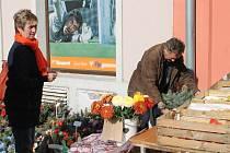 Karel Volf majitel místního zahradnictví, balí zákazníkům žardiniéry. Ty, i dušičkové věnce a jiné dekorace vyrábí vlastnoručně jen s manželčinou pomocí.