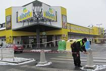 Pondělní evakuace hypermarketu Albert na Revoluční ulici v Krnově.