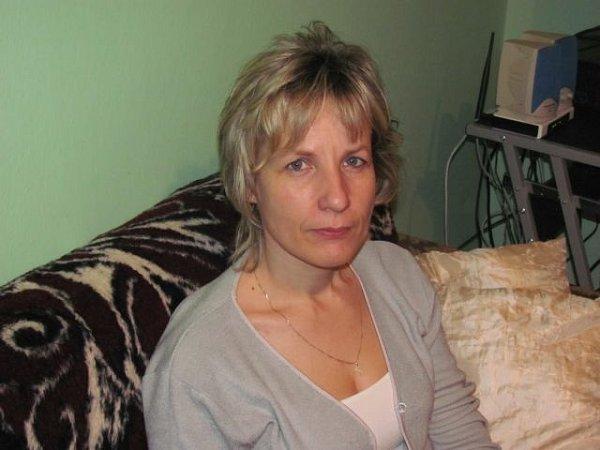 Simona Prášilová ze Zátora narazila na techniku pletení zpapírových ruliček asi před třemi lety na internetu. Mezi prvními věcmi, které se jí podařilo zpapírového proutí vytvořit, byl obal na květináč.