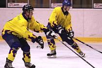Mladé opory krnovského hokeje, Ondřej Pavlica a David Matušinský. Pavlicovi to v poslední době stříli, konto Nového Jičína zatížil čtyřmi góly.
