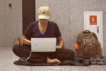 Na letišti Michaela rozbalí svou hamaku.